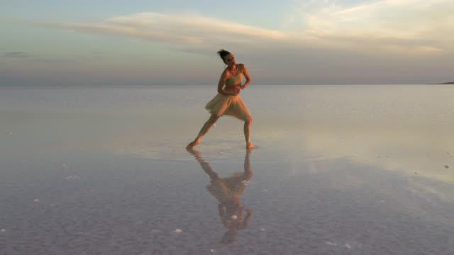 vidéos et rushes de danse solo de jeune danseur sur le lac - danseur de ballet