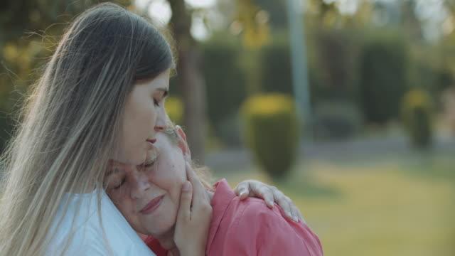 vídeos de stock, filmes e b-roll de a filha nova importa sua matriz - perto de