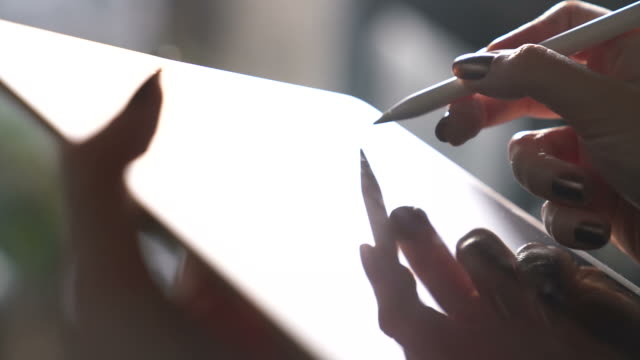 グラフィック タブレットを使用して若いデザイナー女性 - ペン点の映像素材/bロール