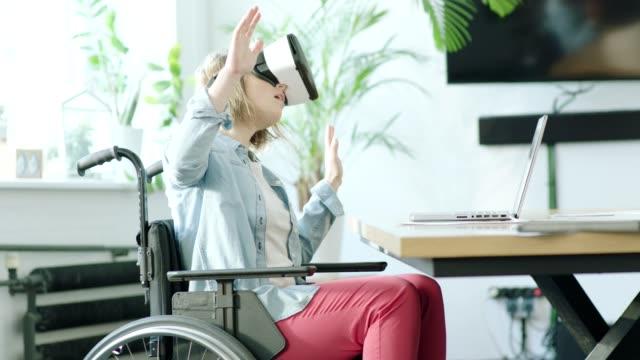 若い女性の仮想現実のヘッドセットを使用してを無効に - 障がい点の映像素材/bロール
