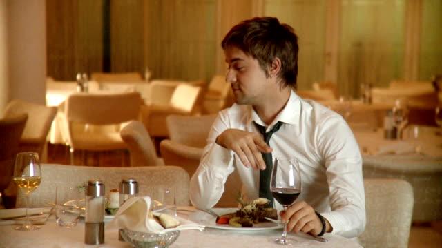 Joven hombre borracho en el restaurante