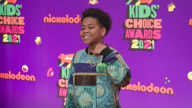 vídeos de stock e filmes b-roll de young dylan at nickelodeon's kids' choice awards 2021 - arrivals on march 13, 2021. - nickelodeon