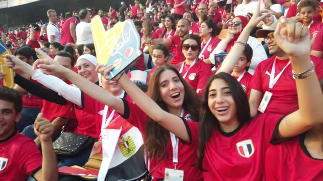 vidéos et rushes de young egypt fans wave and cheer during the 2019 african cup of nations group a match between egypt and uganda at cairo international stadium on june... - ambiance format raw