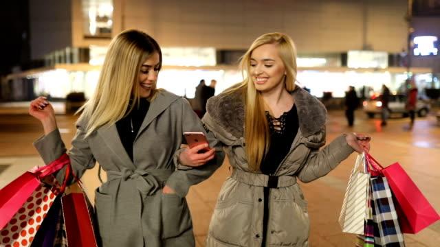 young elegant einkaufen mädchen - modenschau stock-videos und b-roll-filmmaterial