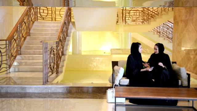 junge frauen der emirate in einem spa-lobby - luxus hotel stock-videos und b-roll-filmmaterial