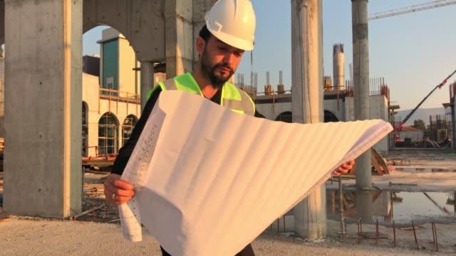 若いエンジニアが建設をチェックしている - 土木技師点の映像素材/bロール