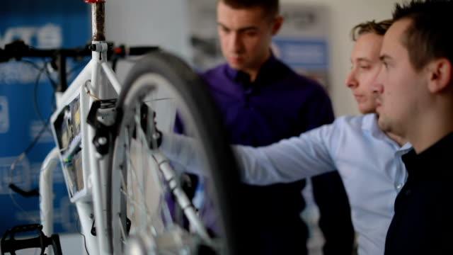 junge ingenieure machen elektro-fahrrad - maschinenbau stock-videos und b-roll-filmmaterial