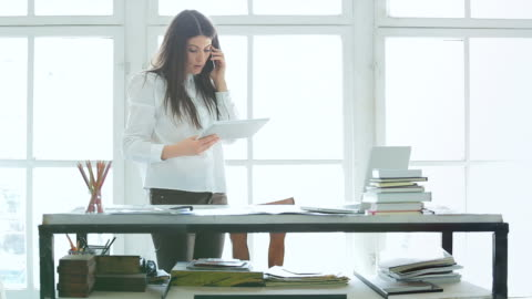vídeos de stock e filmes b-roll de jovem empresário trabalhando em seu escritório. - young women
