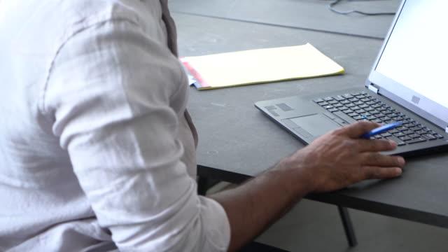 jungunternehmer arbeitet in seinem büro - arbeitszimmer stock-videos und b-roll-filmmaterial