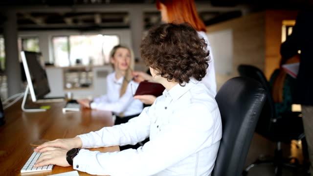 vídeos y material grabado en eventos de stock de jóvenes emprendedores en la oficina - compromiso de los empleados