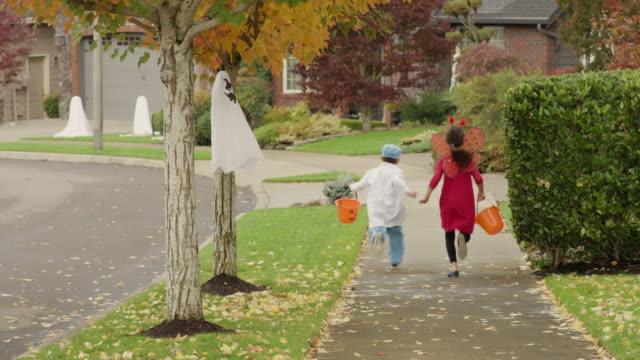 嬉々 として「trick or treat の家の間実行されている民族幼児 - decoration点の映像素材/bロール