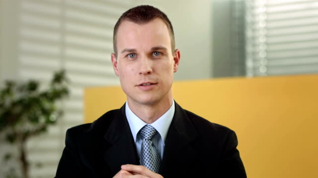 hd: junge executive, video conference - gespräch stock-videos und b-roll-filmmaterial