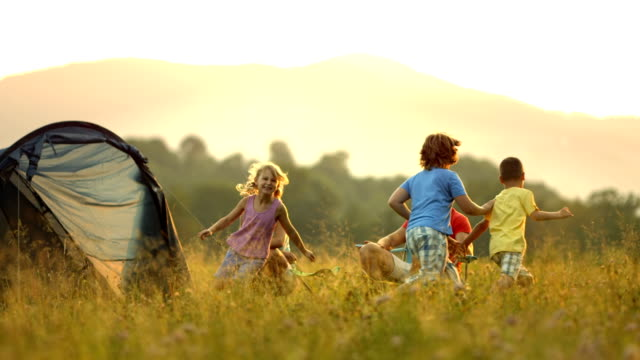 stockvideo's en b-roll-footage met hd dolly: young family camping at dusk - picknick