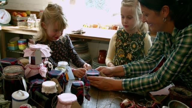 様々 な自家製のジャム瓶に若い家族の缶詰 - 缶詰にする点の映像素材/bロール