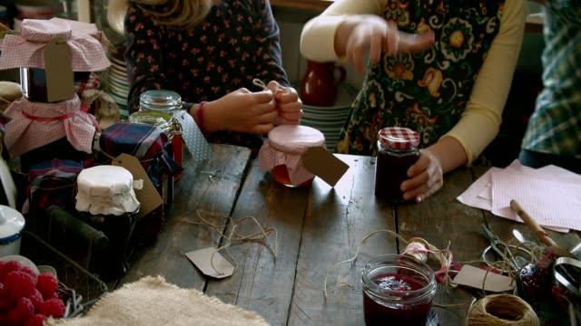 Junge Familie Canning, verschiedene hausgemachte Marmeladen in Gläsern