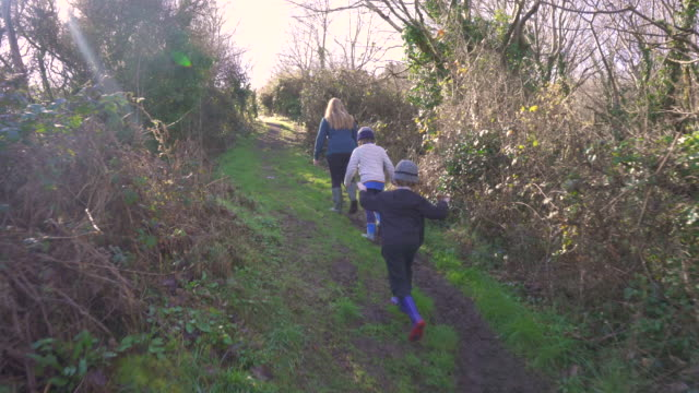 young family climbing steep path - mütze stock-videos und b-roll-filmmaterial