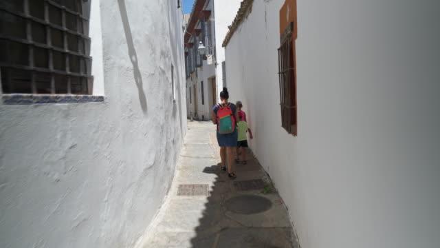 vídeos y material grabado en eventos de stock de joven familia explora la vista en córdoba españa - cultura mediterránea