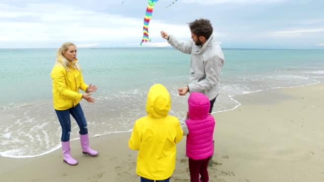 ung familj på stranden - kite toy bildbanksvideor och videomaterial från bakom kulisserna