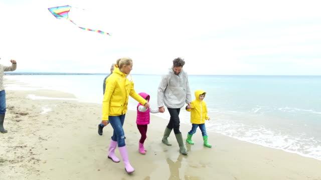 vidéos et rushes de jeune famille sur la plage - insouciance