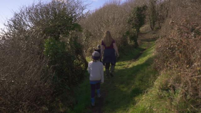 vidéos et rushes de young family out walking - trentenaire