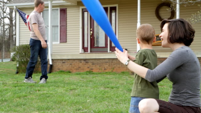 stockvideo's en b-roll-footage met young family play baseball - honkbal teamsport