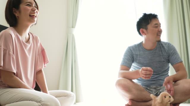 Junge Familie im Haus spielen