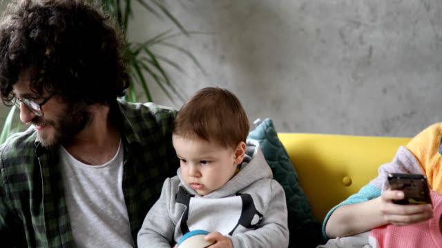 vídeos de stock e filmes b-roll de young family spending time together - acolhimento familiar