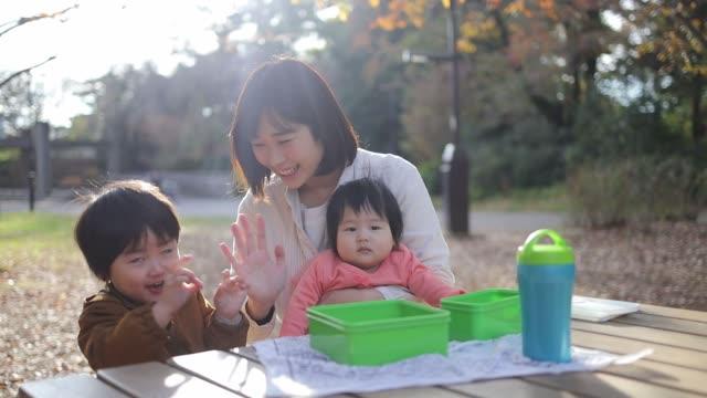若い家族公園で休憩を取って - public park点の映像素材/bロール