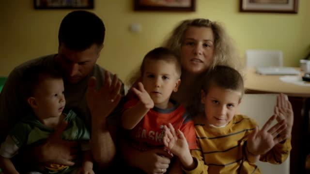 junge familie - familie mit drei kindern stock-videos und b-roll-filmmaterial
