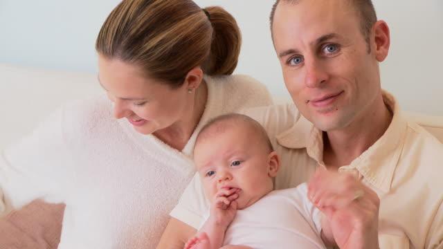 vidéos et rushes de young family - 0 11 mois