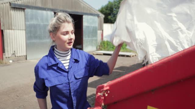 stockvideo's en b-roll-footage met jonge boer neemt afval uit - afvalcontainer container