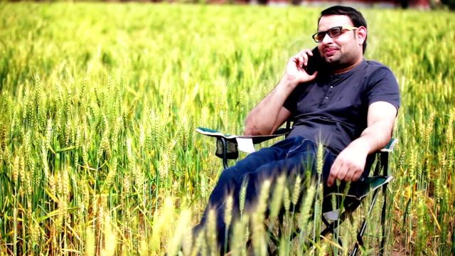 農家で話している若い携帯電話 - 電話を切る点の映像素材/bロール