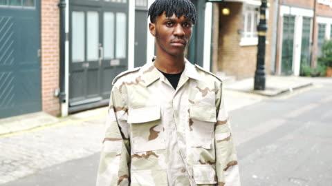unga fashionabla mannen i london med dreadlocks - attityd bildbanksvideor och videomaterial från bakom kulisserna