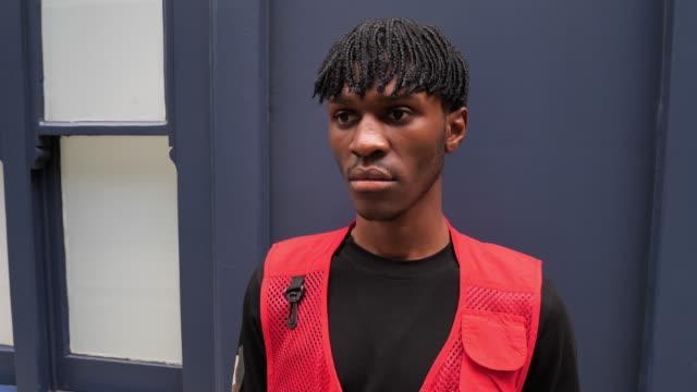 vídeos y material grabado en eventos de stock de joven hombre de moda en londres con rastas - generation z
