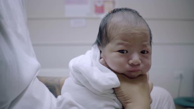 Junger Vater sein Neugeborene Baby Aufstoßen.