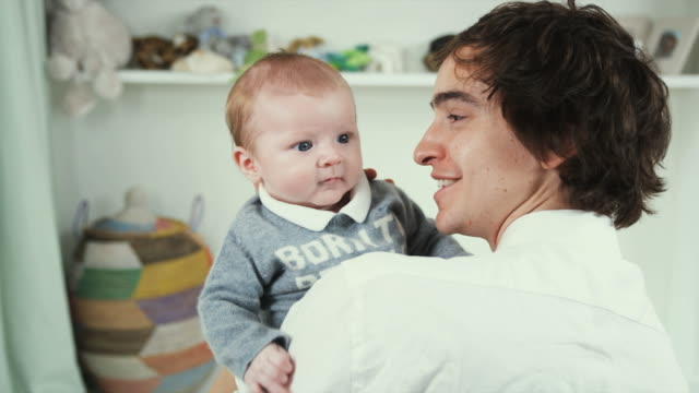 vidéos et rushes de ms young father holding baby son (2-5 months) on shoulder, brussels, belgium - 2 5 mois