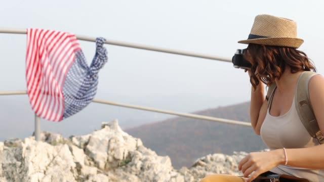 una giovane avventuriera sta fotografando una bandiera americana - eastern european culture video stock e b–roll