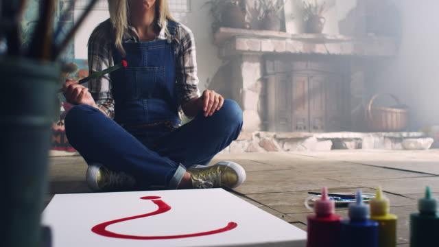 giovane artista femminile - tela di canapa video stock e b–roll