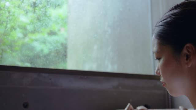 若い女性自宅 - 部屋点の映像素材/bロール