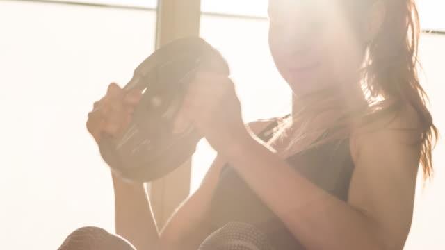 junge athletin, die sixpack bauchmuskeln bei bauchmuskelübungen baut - bright stock-videos und b-roll-filmmaterial