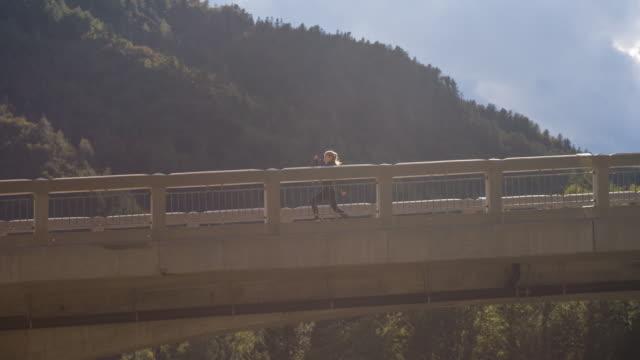 Junge Sportlerin, die auf eine Betonbrücke