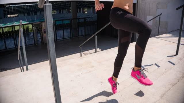 Junge Sportlerin läuft die Treppe eines Stadions