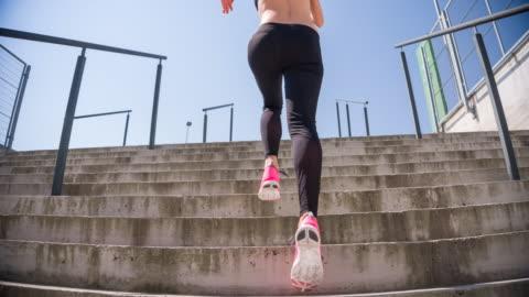 階段を駆け上がった若い女性アスリート - ほっそりした点の映像素材/bロール