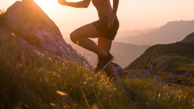 vídeos de stock, filmes e b-roll de jovem atleta feminina, ascende ao pôr do sol - colina acima