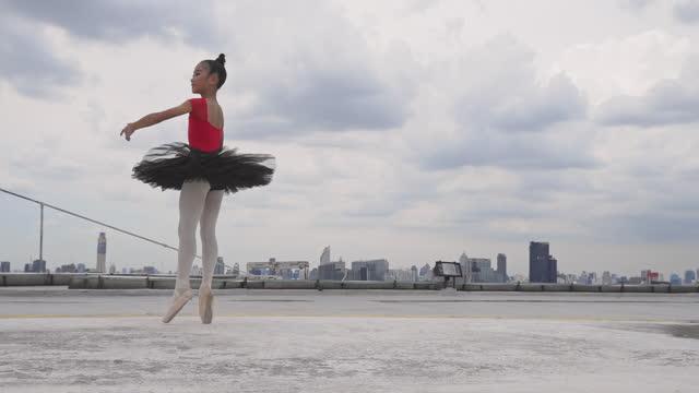 上の建物で踊る若い女性バレリーナとバレエ - バレエ点の映像素材/bロール