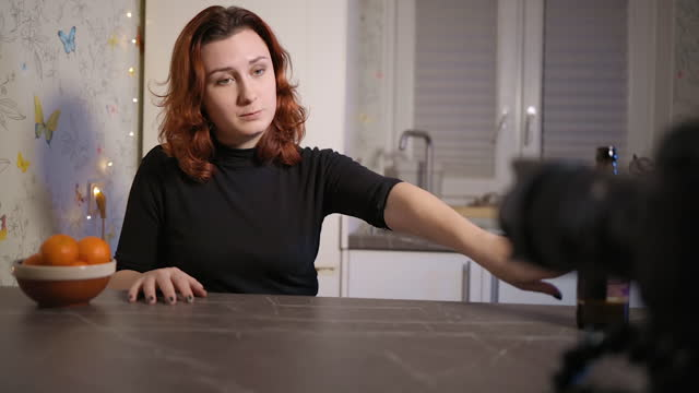 vidéos et rushes de young female blogger quits alcohol as a new year's resolution - quête de beauté