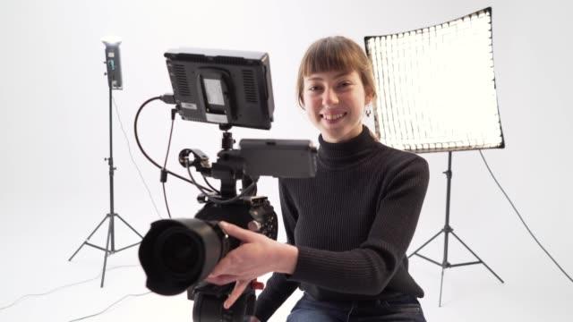 年輕的女相機操作員 - 電影佈景 個影片檔及 b 捲影像