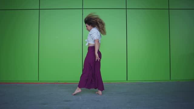 彼女の官能的な動きを認識してモダンダンスを行う若い女性ダンサー - dedication点の映像素材/bロール