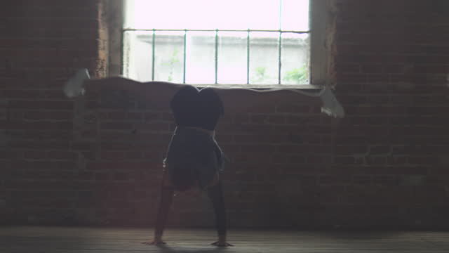 スタジオで練習する若い女性ダンサー - 女性選手点の映像素材/bロール