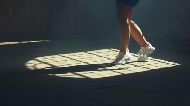 junge tänzerin übt im studio - tänzerin stock-videos und b-roll-filmmaterial